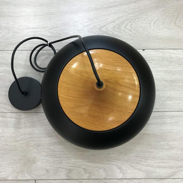 Lámpara de metal negro con perfilado de madera en la copa