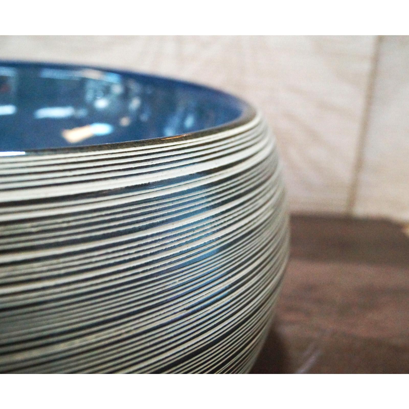 Lavabo de cerámica - color azul, textura de superficie